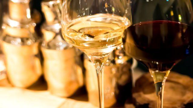 バーカウンターの白と赤のワイン